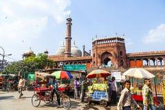 在Jama Masjid清真寺附近的人们, 免版税库存图片