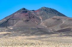 在Jandia半岛的红色火山的火山口在费埃特文图拉岛,西班牙 库存图片