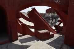 在Jantar Mantar观测所,德里,印度的天文学仪器 免版税库存照片