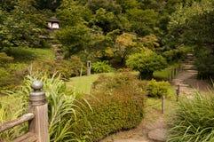 在japaneese庭院产经en的平安的庭院道路 库存图片