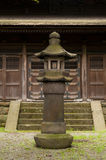 在japaneese庭院产经en的灯笼 库存图片