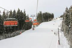 在Jasna滑雪胜地,斯洛伐克的升降椅 库存图片