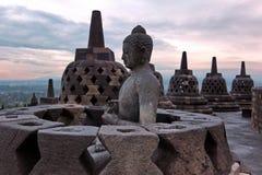在Java的最大的佛教寺庙婆罗浮屠在日出时间 图库摄影