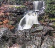 在Jedlona小河的瀑布在秋天 免版税库存照片