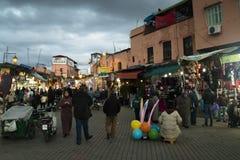 在Jeema el Fna,马拉喀什,摩洛哥的街道视图 图库摄影