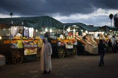 在Jeema el Fna,马拉喀什,摩洛哥的街道视图 免版税图库摄影