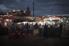 在Jeema el Fna,马拉喀什,摩洛哥的街道视图 免版税库存照片