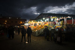 在Jeema el Fna,马拉喀什,摩洛哥的街道视图 库存图片