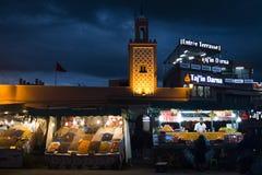在Jeema el Fna,马拉喀什,摩洛哥的街道视图 免版税库存图片