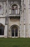 在Jeronimos修道院门面的被成拱形的门道入口  免版税库存图片