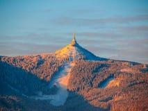 在Jested山和说笑话的滑雪胜地的早晨日出 冬时心情 利贝雷茨,捷克共和国 免版税图库摄影
