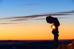 在Jested山峰的红绿灯 在镇利贝雷茨附近的冷的早晨 hory的Jizerske,捷克共和国 图库摄影