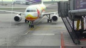 在jetbridge的飞机乘出租车的末端 股票视频