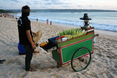 在Jimbaran海滩巴厘岛的烤玉米台车 免版税库存照片