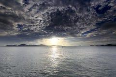 在jiulong河出海口的日落 库存照片