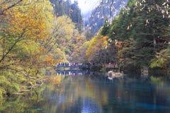 在jiuzhaigou,中国的秋天 免版税库存照片