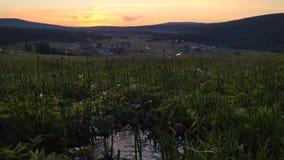 在Jizerka山村的日落有在前景的小小河的,捷克 股票录像
