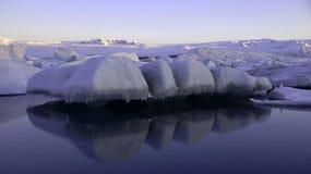 在Jokulsarlon冰川湖的浮动冰在日出的紫外的 图库摄影