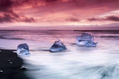 在Jokulsarlon冰河盐水湖海滩的冰山 库存照片