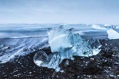 在Jokulsarlon冰河盐水湖海滩的冰山 免版税图库摄影