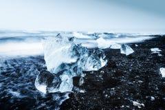 在Jokulsarlon冰河盐水湖海滩的冰山 免版税库存图片