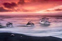 在Jokulsarlon冰河盐水湖海滩的冰山 图库摄影