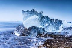 在Jokulsarlon冰河盐水湖海滩的冰山 库存图片