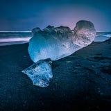 在Jokulsarlon海滩的冰山 库存照片