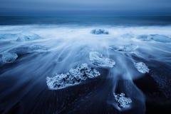 在jokulsarlon海滩靠岸的冰山在冰岛 库存图片