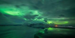 在Jokulsarlon盐水湖的极光borealis 免版税库存照片