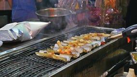 在Jonker街夜市场上烤竹蛏 股票视频