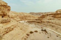 在judean沙漠山、岩石和天空的看法在死海附近在以色列 库存照片