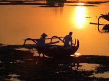 在jukung独木舟萨努尔海滩巴厘岛印度尼西亚的日出 免版税库存图片