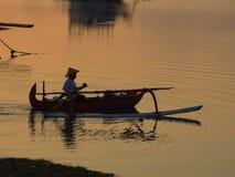 在jukung独木舟萨努尔海滩巴厘岛印度尼西亚的日出 库存图片