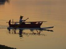 在jukung独木舟萨努尔海滩巴厘岛印度尼西亚的日出 库存照片