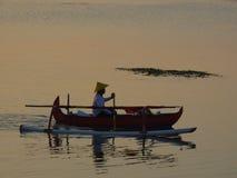 在jukung独木舟萨努尔海滩巴厘岛印度尼西亚的日出 免版税库存照片