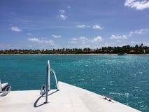 在Jumby附近的划船安提瓜岛 免版税库存图片