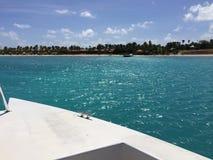 在Jumby附近的划船安提瓜岛 免版税库存照片