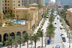 在Jumeirah海滩住所的步行 免版税库存图片