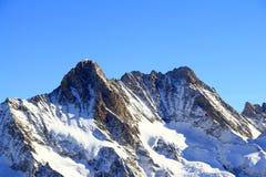 在Jungfrau,瑞士的积雪的山 库存照片