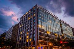 在K街道上的一个现代大厦在晚上,在华盛顿特区, 库存照片