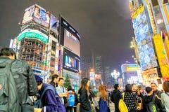 在Kabuki-cho路,新宿,东京的拥挤夜间是其中一个最繁忙的区域在日本 免版税库存图片