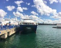 在Kadikoy口岸的快速的渡轮 旅行在Ist之间欧洲和亚洲口岸的小船  库存图片