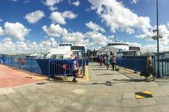 在Kadikoy口岸的快速的渡轮 旅行在Ist之间欧洲和亚洲口岸的小船  库存照片