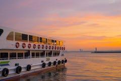 在Kadikoy轮渡码头的日落 库存照片