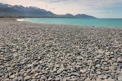 在Kaikoura的有卵石花纹的海滩 库存图片