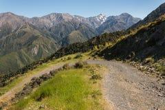 在Kaikoura范围的山轨道 库存图片