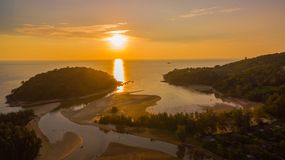 在Kala海岛的惊人的日落 layan的海滩 图库摄影