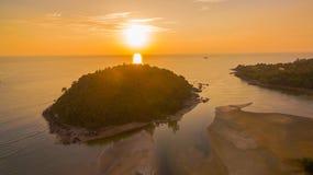 在Kala海岛的惊人的日落 layan的海滩 免版税库存图片