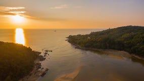 在Kala海岛的惊人的日落 layan的海滩 免版税图库摄影